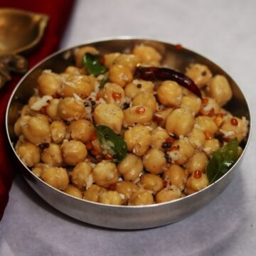 A bowl of Kondakadalai Sundal, boiled and tempered chickpeas flavoured with grated coconut, that is called Guggillu in Andhra. l
